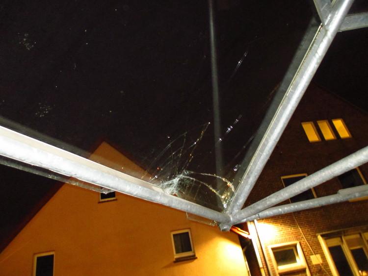 Gesplittertes und abgebrochenes Glas links, fehlende Scheibe rechts | Foto: Daniel Schneider