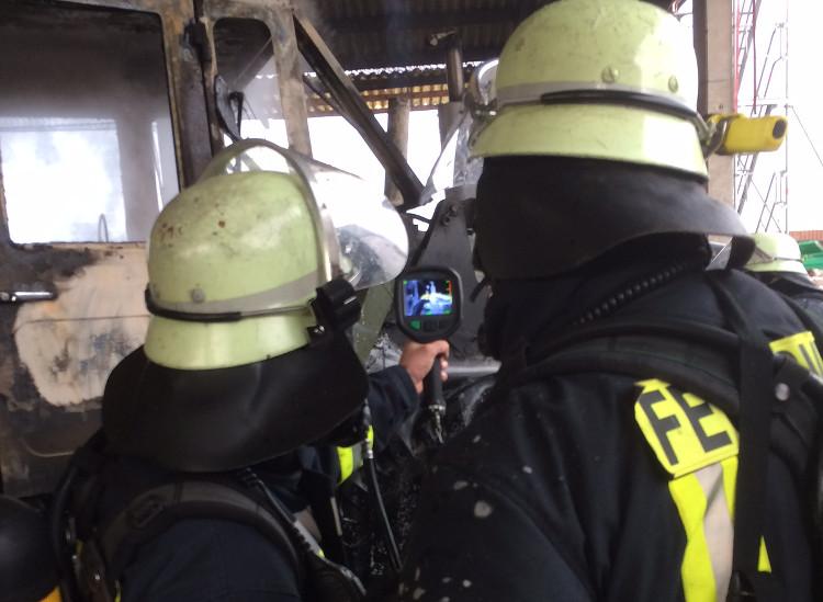 Im Einsatz mit der Wärmebildkamera | Foto: Feuerwehr Wunstorf