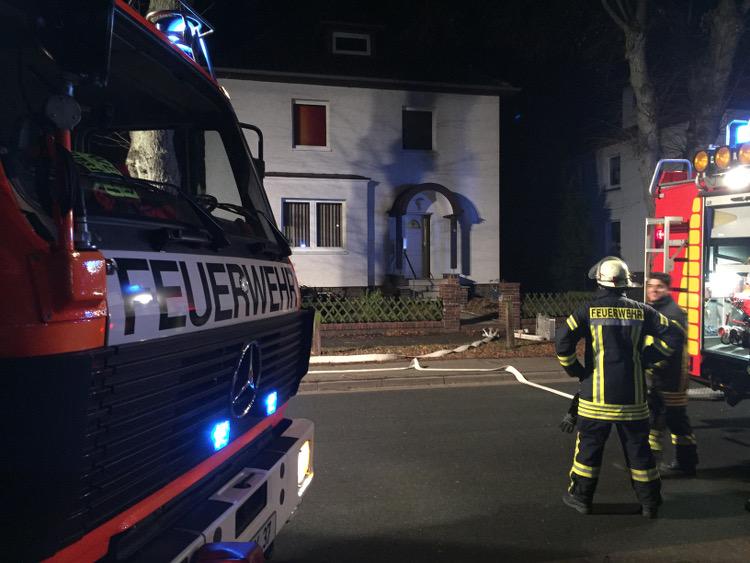 Die Feuerwehr im Einsatz vor den betroffenen Häusern | Foto: Feuerwehr Wunstorf