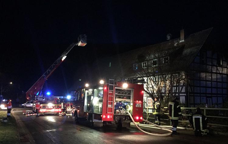 Die Feuerwehr näherte sich mit Drehleiter und Wärmebildkamera dem Brandherd | Foto: Feuerwehr Wunstorf