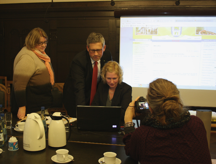 Claudia Nowak, Carsten Piellusch und Stefanie Klar präsentieren das neue Online-Angebot der Stadt Wunstorf | Foto: Daniel Schneider