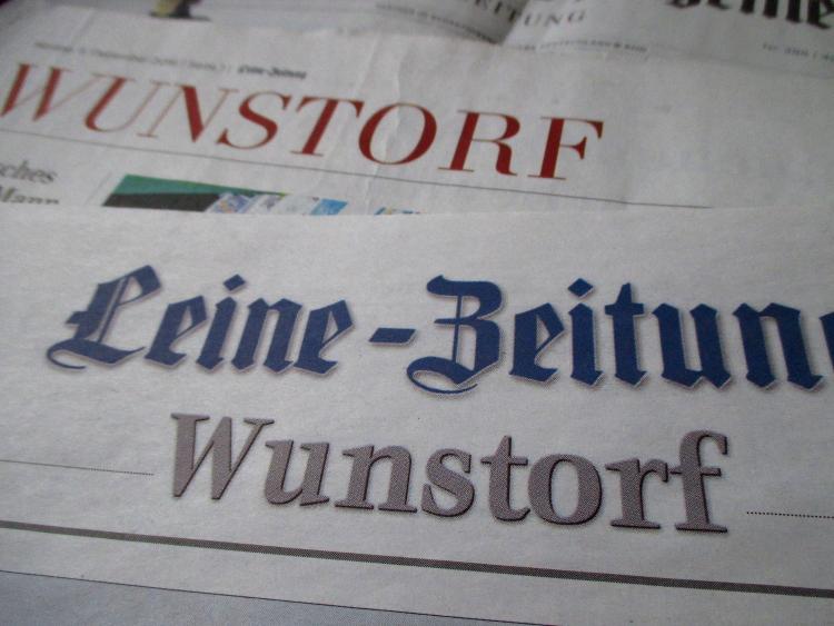 Von Blau zu Rot: Die alte Leine-Zeitung (vorn) und der neue Regionalteil in der HAZ | Foto: Daniel Schneider