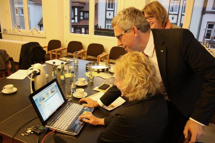Startschuss zur Onlineanmeldung: Der unsichtbare rote Knopf wird gemeinsam gedrückt | Foto: Daniel Schneider