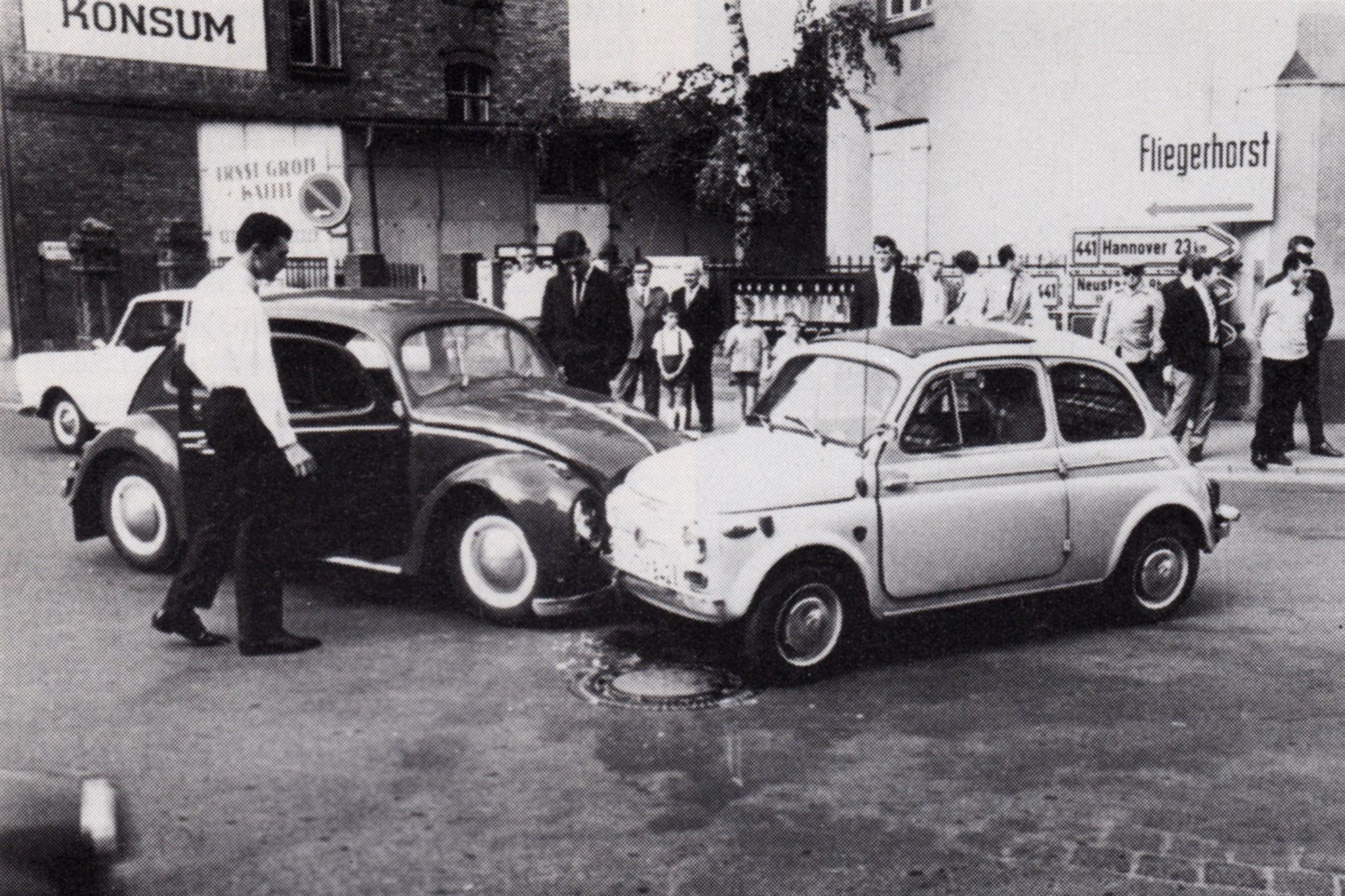 Ein VW Käfer und ein Fiat 500 krachten an der Ecke Nordstraße - Lange Straße zusammen, wo einst pausenlos Autoverkehr herrschte. Die B441 und B443, also die von Bad Nenndorf und die von Hannover, hatten hier ihren Kreuzungspunkt. | Foto: Stadtarchiv Wunstorf, Nachlass Armin Mandel