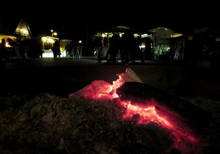 Verglimmende Glut an der Feuerstelle | Foto: Daniel Schneider