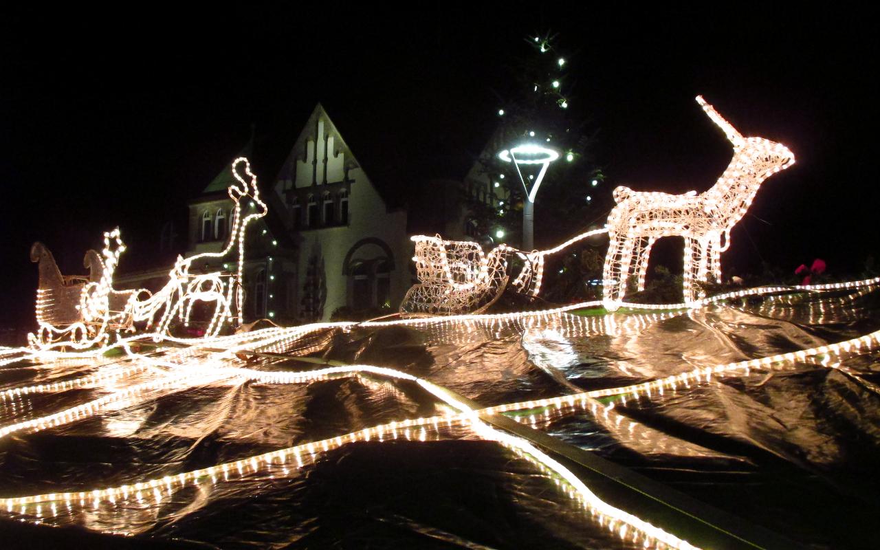 Aus Lichterketten bestehende Rentiere und Schlitten auf dem Dach einer Bude des Wunstorfer Weihnachtsmarktes. Der Weihnachtsmarkt ist einer der (in Tagen) am längsten geöffnete in Deutschland. | Foto. Daniel Schneider