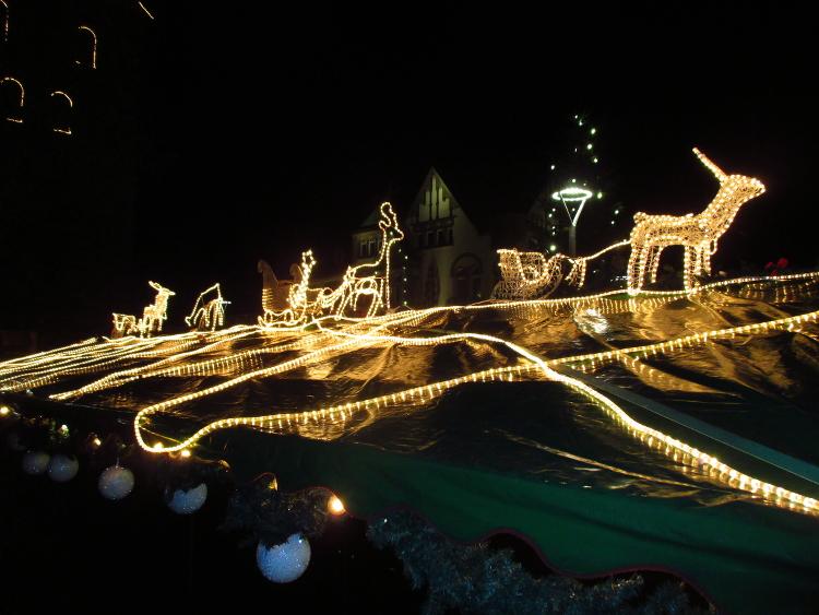 Illuminierte Rentiere und Schlitten auf einer Bude des Weihnachtsmarktes | Foto: Daniel Schneider