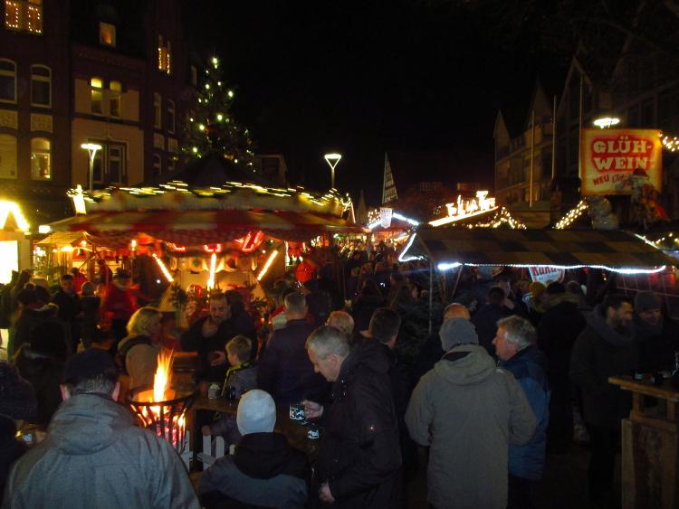 Blick von der Stadtkirche aus auf das typische Gewusel des Wunstorfer Weihnachtsmarktes | Foto: Daniel Schneider