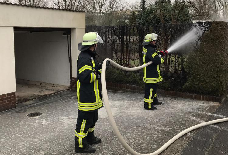 Photo of Feuerwehr verhindert Garagenbrand