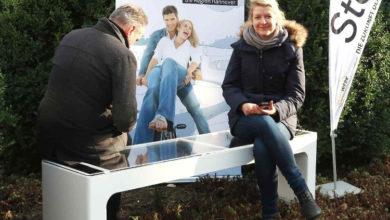 Bild von Wunstorf bekommt Parkbank zum Aufladen von Smartphones