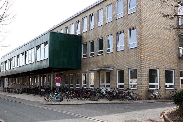 Das von den Johannitern betriebene Flüchtlingswohnheim und die Au0enstelle der IGS teilen sich am Luther Weg das ehemalige Vion-Verwaltungsgebäude.