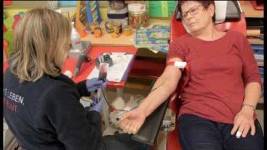 Bild von Frau Lange geht zur Blutspende