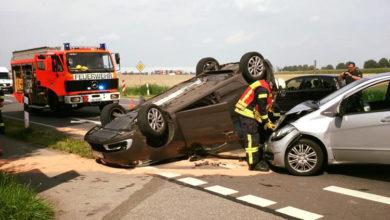 Bild von Auto bleibt nach Unfall auf dem Dach liegen