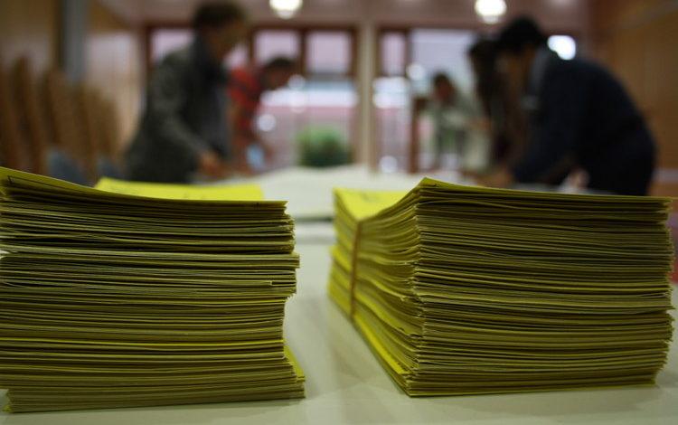 Wahlbenachrichtungskarten im Wahllokal