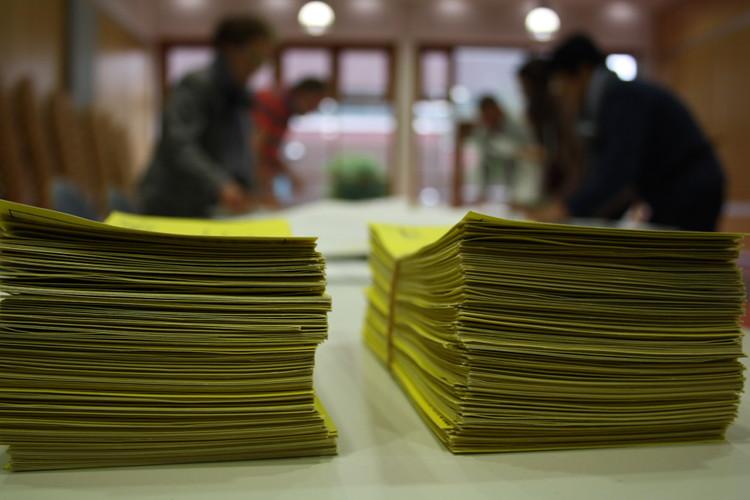 Wahlbenachrichtigungskarten im Wahllokal