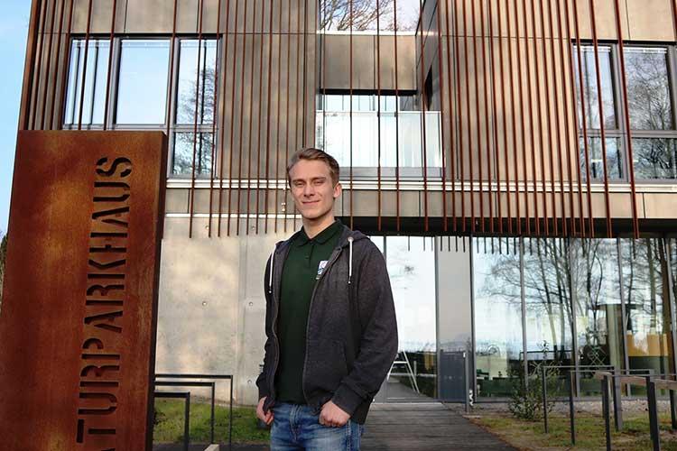 Arbeitsplatz und Wohnort: FÖJler Lukas Hahn vor dem Naturparkhaus in Mardorf