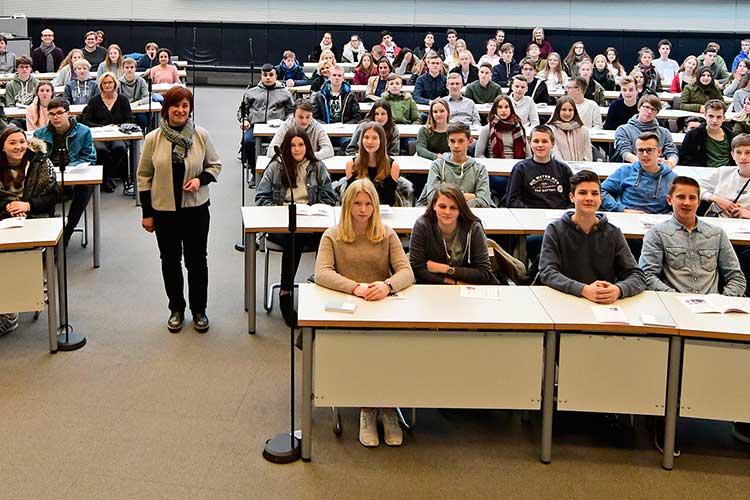 Caren Marks und 150 Schüler der IGS Wunstorf