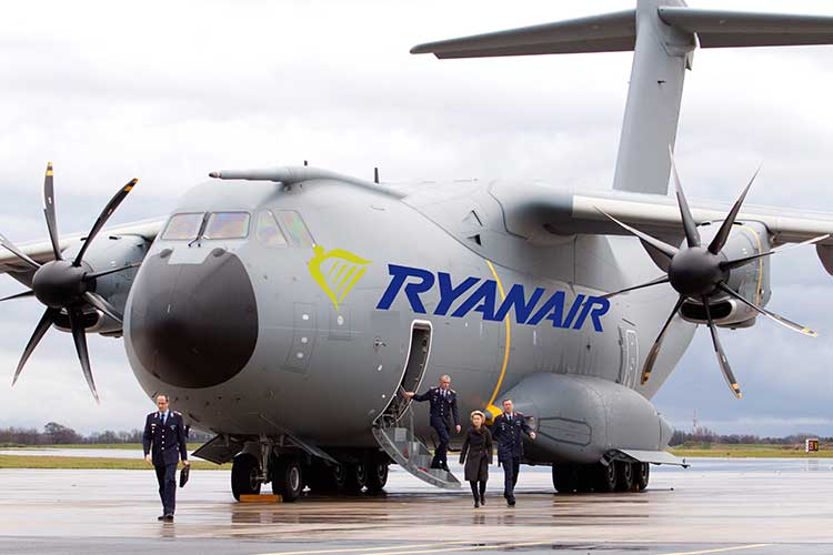 Die ersten Passagiere entsteigen der neuen Ryanair A400 - Maschine