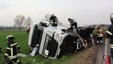 Bild von Lastwagen in Straßengraben umgekippt