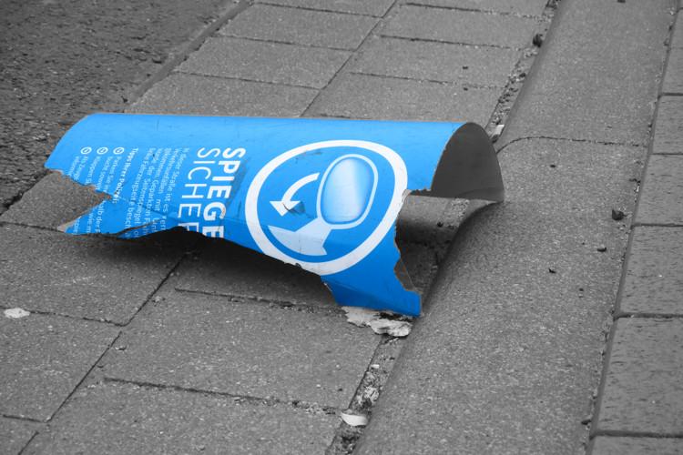 Zerstörtes Schild in Langer Straße
