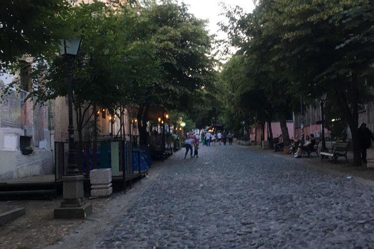 Malerische Straße vor dem Hostel