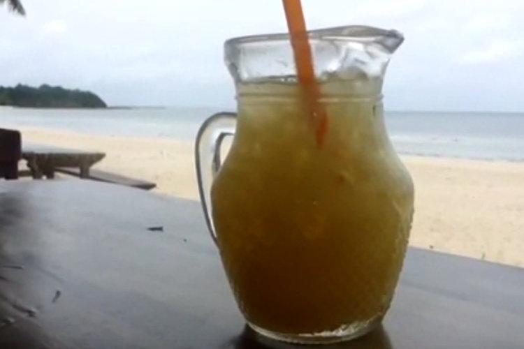 Einen Ananassaft am Strand