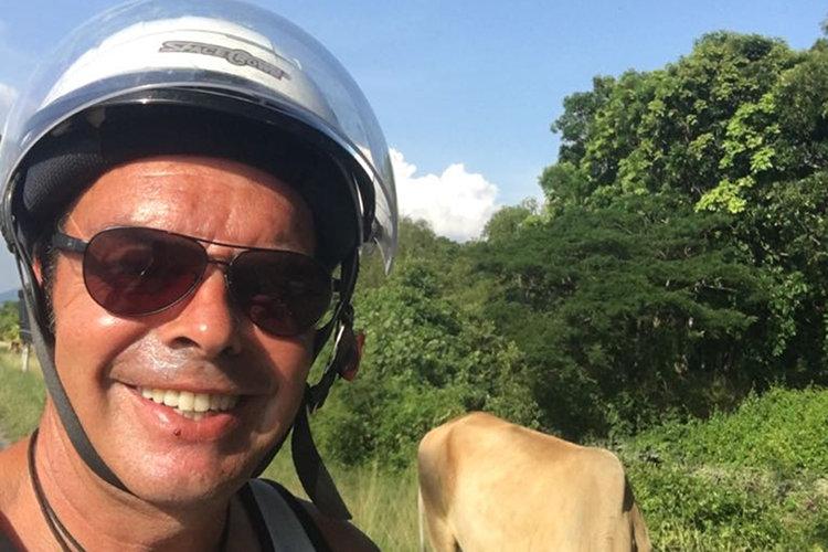 Ralf Völkers mit Motorradhelm
