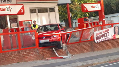 Bild von Mit dem Auto Tankstellenbrüstung durchbrochen
