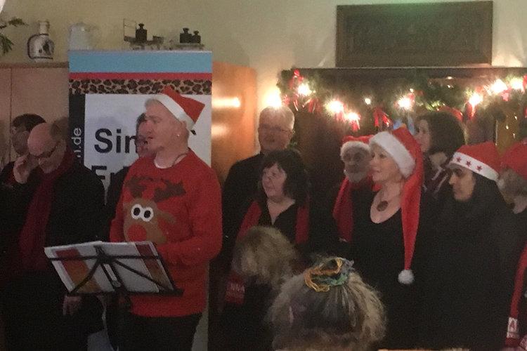 Singin Friends mit Weihnachtsmützen