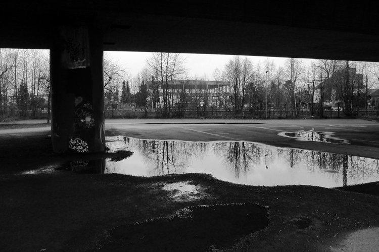 Pfütze unter Brücke