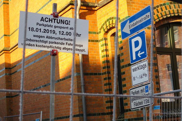 Sperrschild Parkplatz