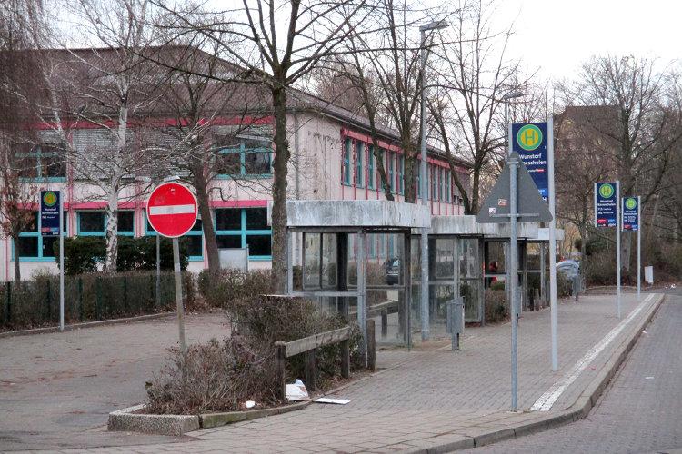 Bushaltestelle vor der Schule