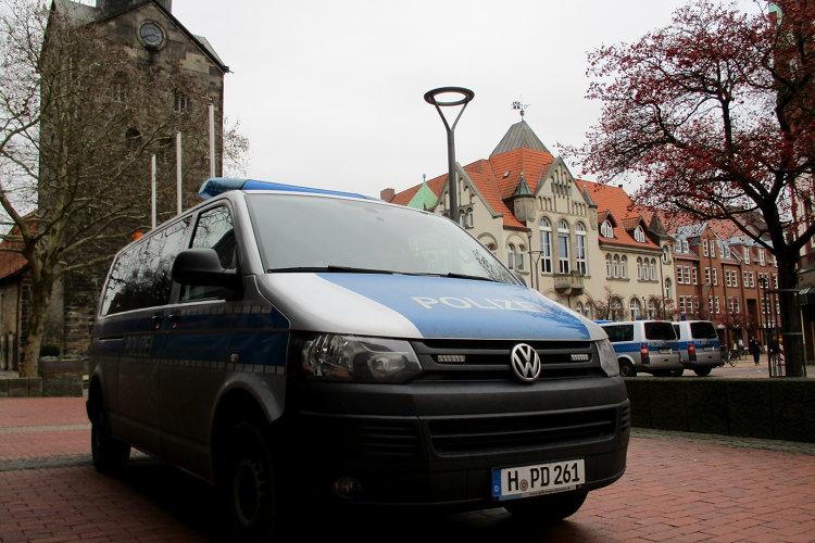 Polizeifahrzeug steht vor Stadtkirche