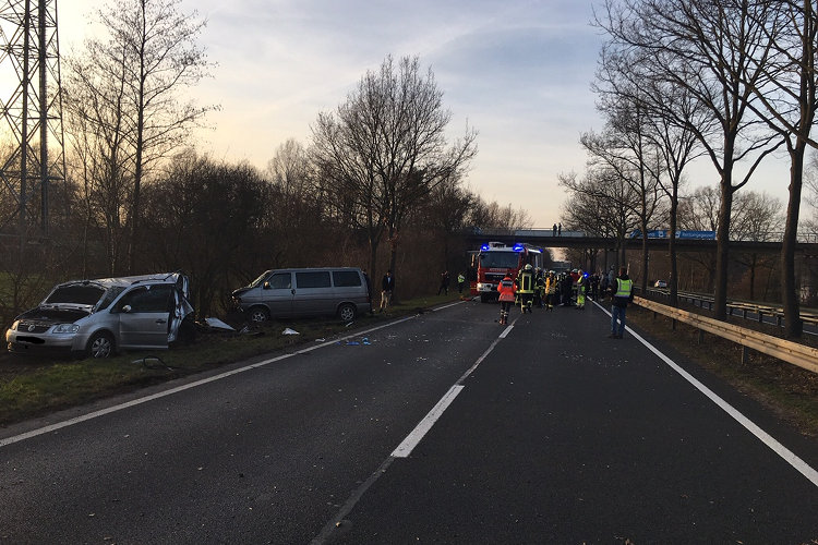 Photo of VW-Bus fährt in liegengebliebenes Auto
