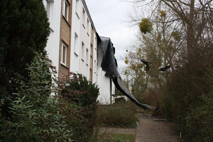 Dachpappe hängt an der Fassade herunter