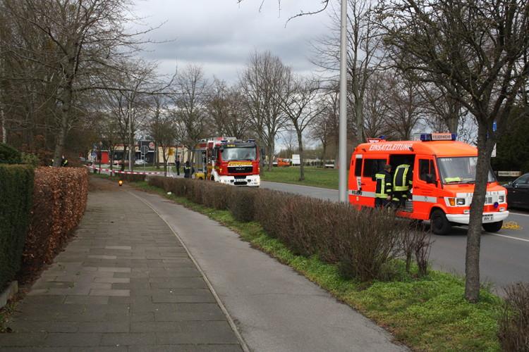 Feuerwehr auf gesperrter Straße