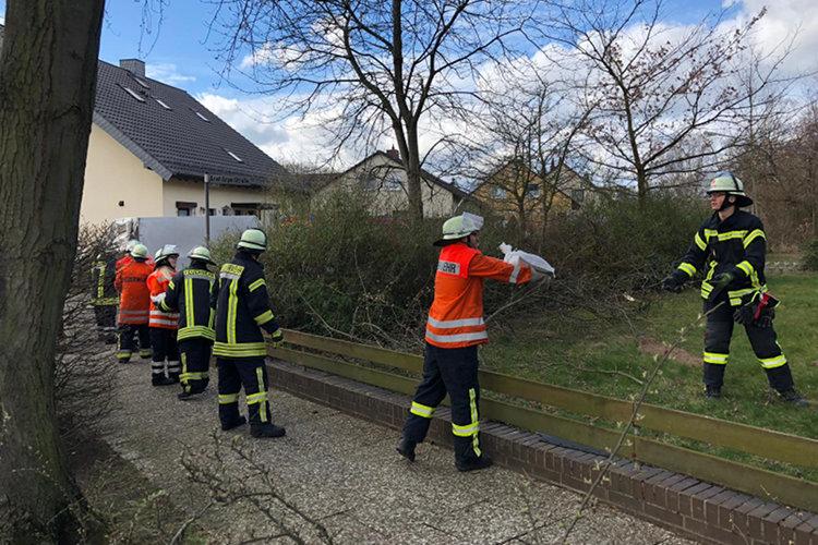 Die Feuerwehr bildet eine Kette zum Transport der Sandsäcke