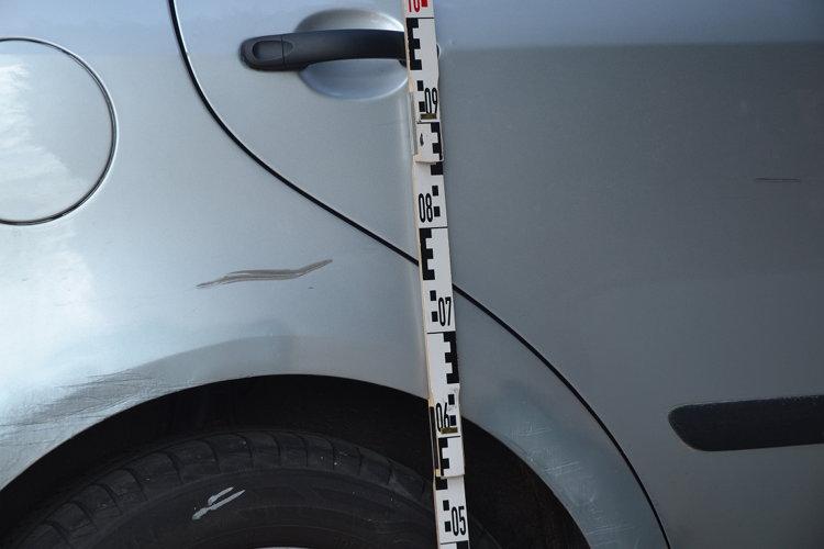 Spuren des Unfalls am Verursacherfahrzeug