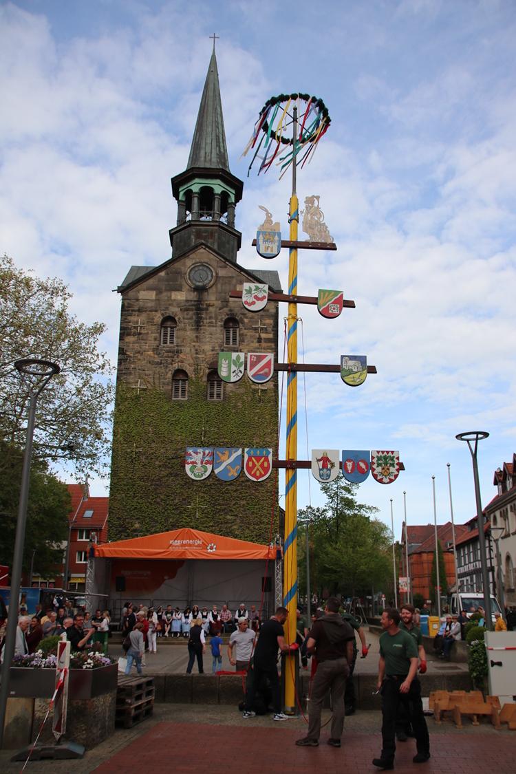Maibaum vor der Wunstorfer Stadtkirche