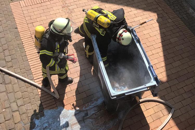 Feuerwehr löscht Tonnenbrand