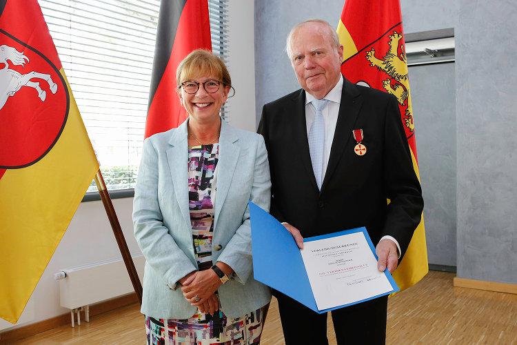 Bundesverdienstmedaillenträger Hans Schettlinger zeigt Urkunde