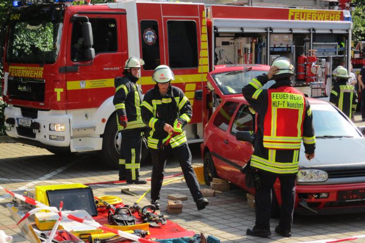 Vorführung einer Rettung nach Verkehrsunfall