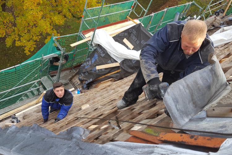 Photo of Ein 450 Jahre altes Dach wird neu gedeckt