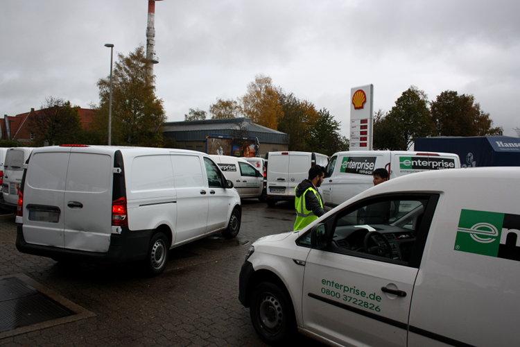 Lieferwagen blockieren die Tankstellenausfahrt