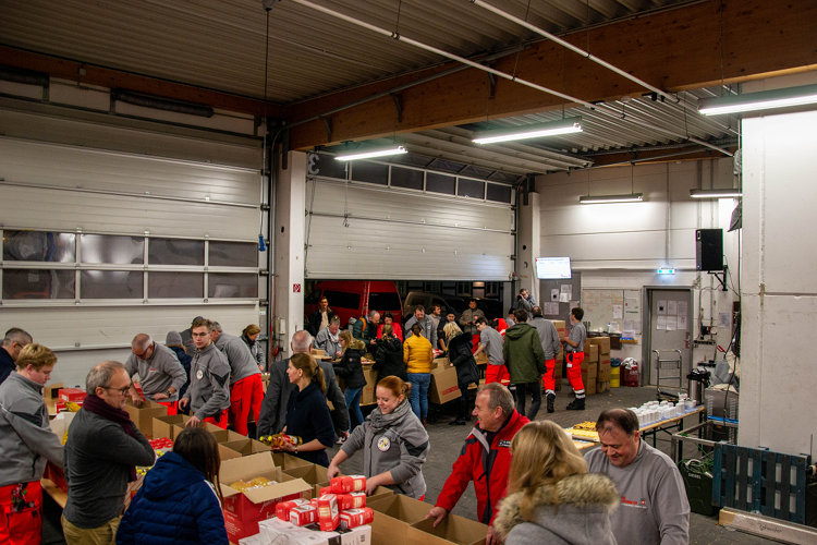 Photo of Viele Helfer in der Johanniter-Weihnachtswerkstatt