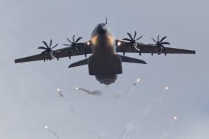 Ein A400M stößt Täuschkörper aus