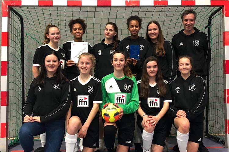 Die B-Jugend Mädchen des TSV Luthe mit ihrem Trainer Dirk Trapphagen