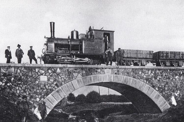 Steinhuder Meer-Bahn fährt über Brücke