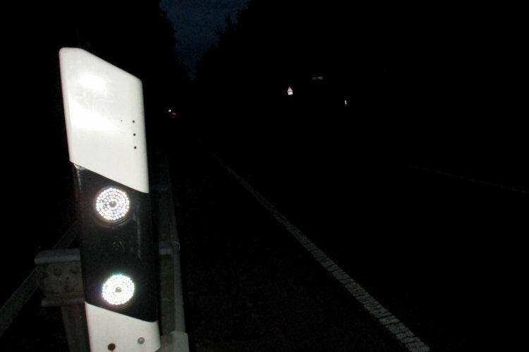Leitpfosten in der Nacht
