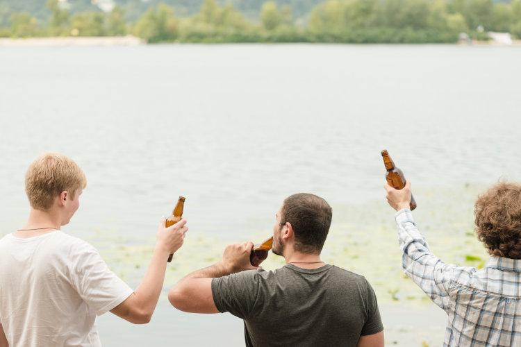 Feiernde am Wasser